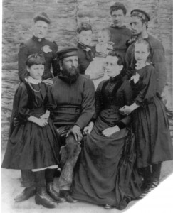 Thomas and Elizabeth Mark of Polperro with their children in knit-frocks